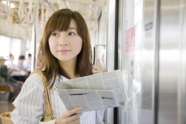 通勤は立っても新聞を読む